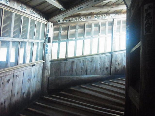 中はすべて螺旋階段。 登りと下りが別になっているので、誰ともすれ違わずに出口にたどり着きます。