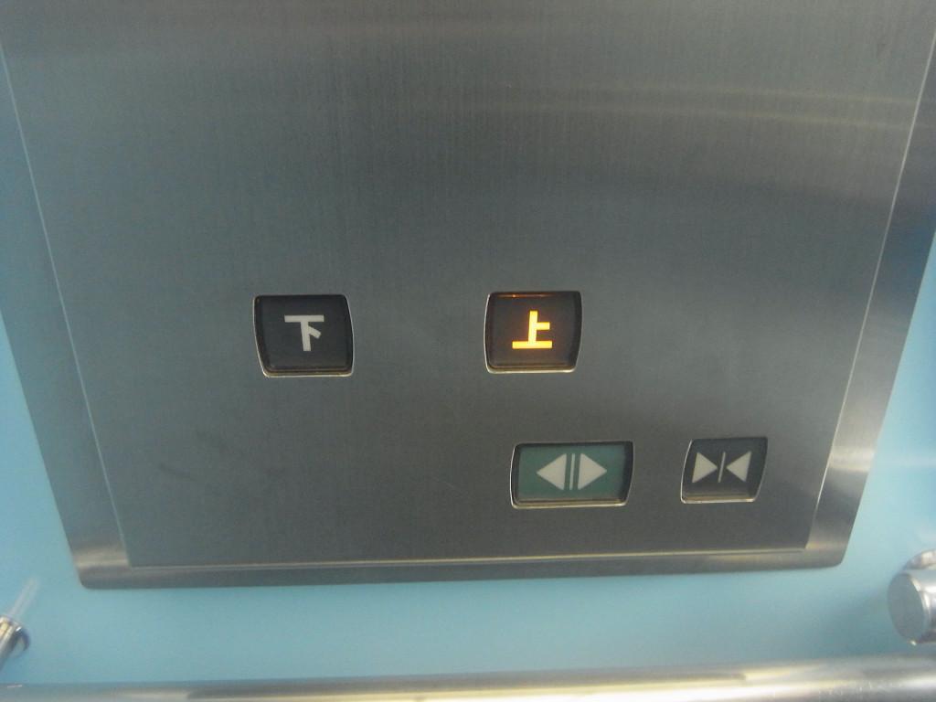駅に直結した施設にある、このボタン。 「上」を押します。