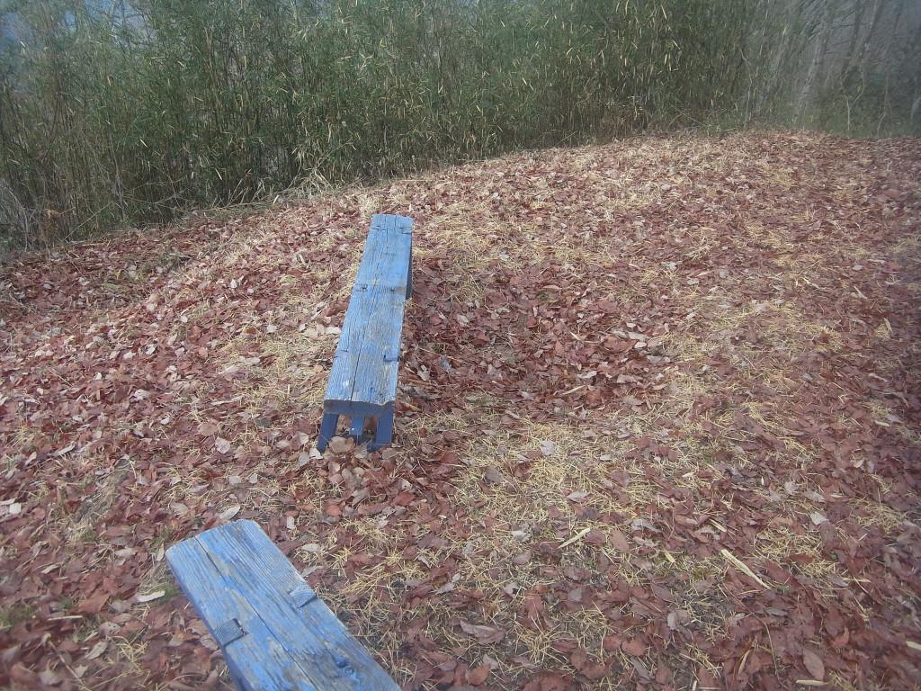 山頂には小さなベンチが。 特に何もない里山です。