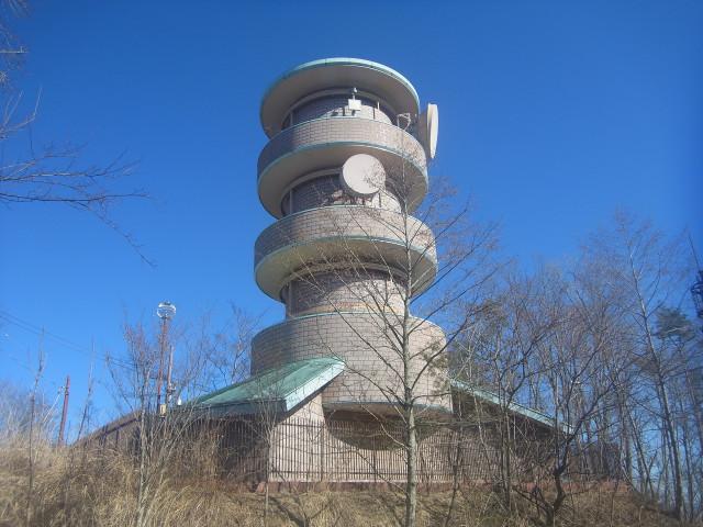 丘の上に立派な建物を発見。 展望台かな、と思って近づいたのですが、周りを厳しく囲っておりまして。 電波塔でした。