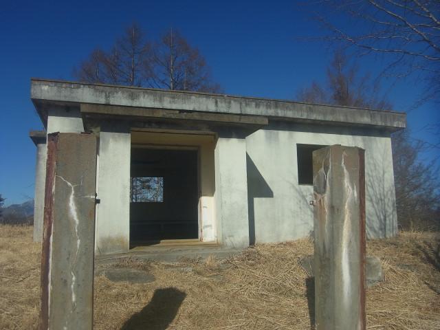 たぶん、牧場の施設が朽ち果てたものなのでしょう。 ちょうどよい休憩所になっていました。