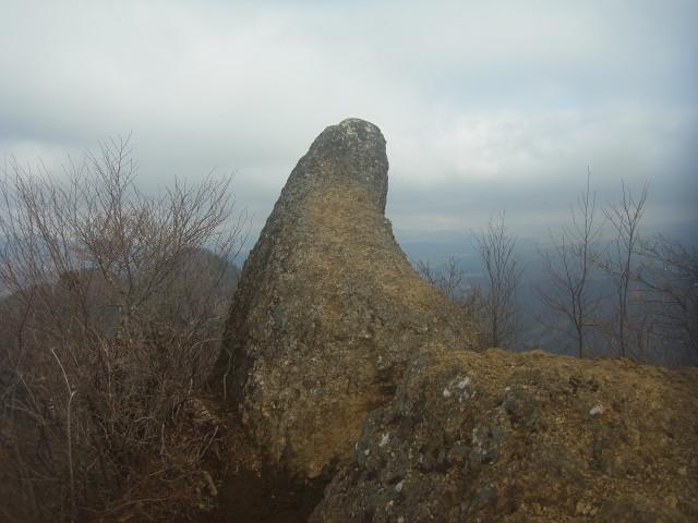 何だか、妙な形の岩が見えてきました。