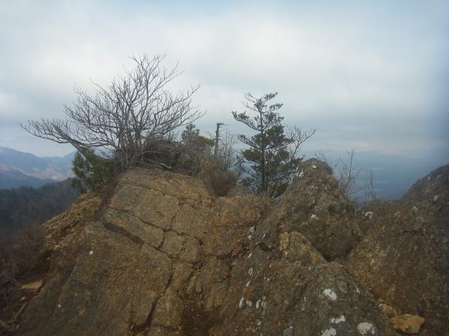 岩場を通って下山開始。