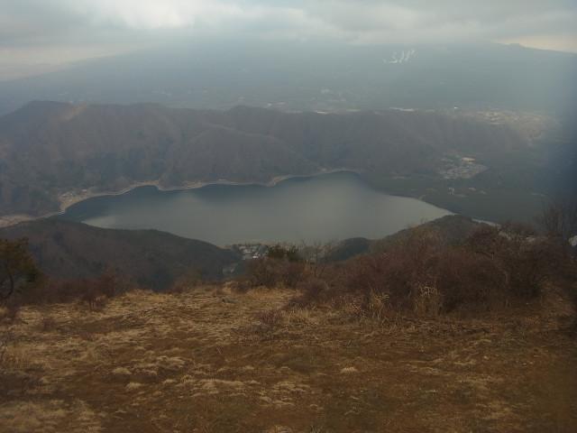 西湖を眺めながら。 高度が下がるにつけ、湖がだんだんと大きくなっていきます。 御坂山塊を歩く場合、富士五湖の眺めが醍醐味なのです。