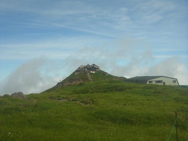 山頂が見えてきました。 神社が山頂です。
