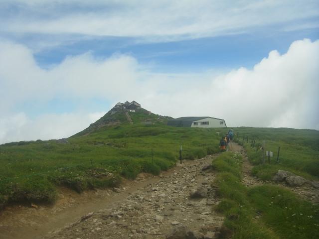 ふりかえって山頂の写真を。 山頂の神社の大きさでは、これまで見た中で一番のような気がします。