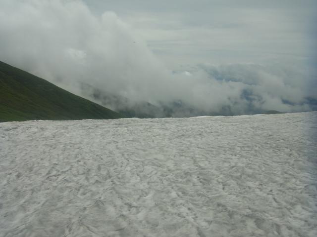 雪渓を下ります。
