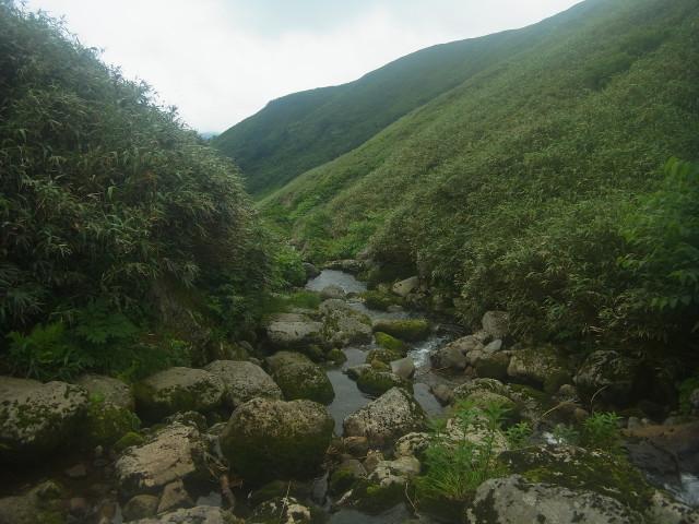 このルートがなかなか。 川と一体化している場所もあり、増水してたら大変でしょうね。 途中、足を滑らせて、靴の中がずぶぬれになりました。