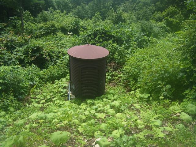 ところどころで目にした、コレ。 ドラム缶のように見えますが、何かの計測をしているのでしょうか。