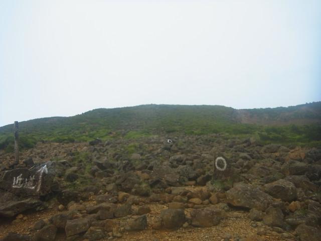 「近道」と書いてあるところから、岩場をよじ登っていきます。