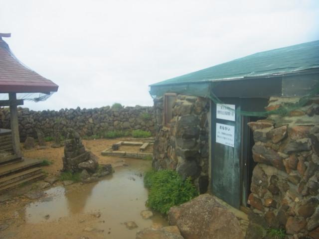 避難小屋の周辺も水浸しです。