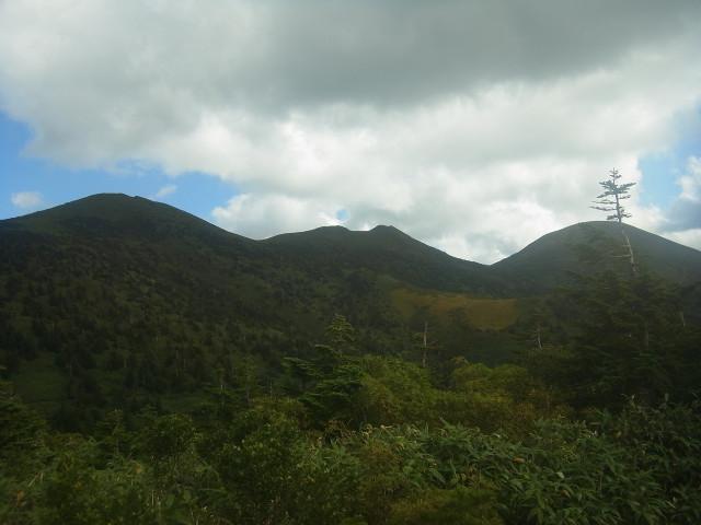 赤倉岳、井戸岳、大岳と、北八甲田の山々が一望できます。