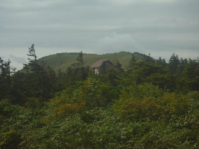 避難小屋に寄ります。 そういえばこの小屋、冬期登山で震えながら一晩を明かした場所です。