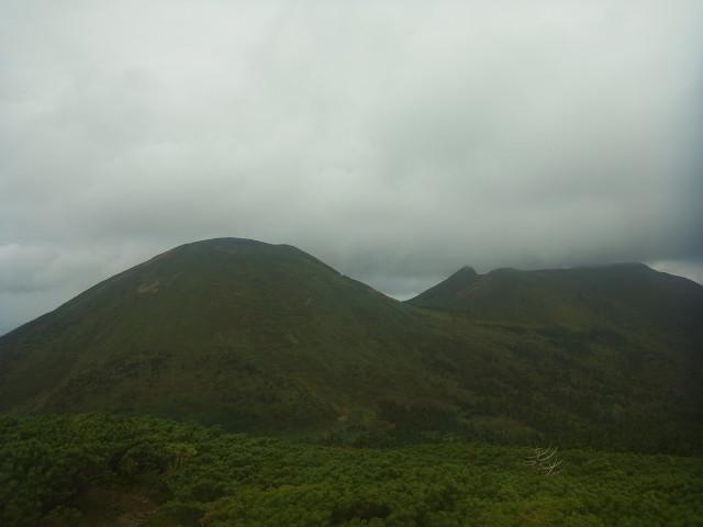 小岳の山頂から、大岳、井戸岳を撮ったのがこれ。