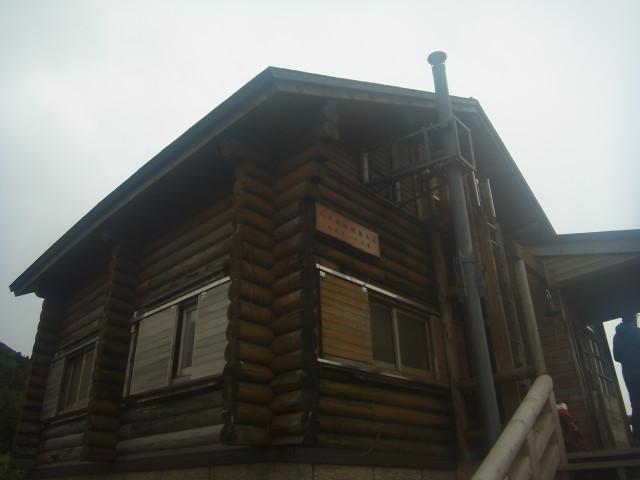 大岳避難小屋で昼食。 混んでました。