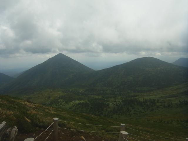 途中で横を見てみる。 右のゆったりしたピークが小岳。 左のとんがってるのが高田大岳。